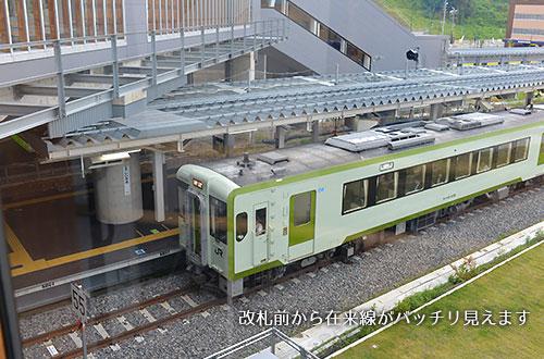 飯山駅の改札前から在来線