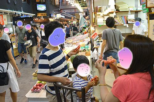 近江町の八百屋さんでスイカを食べる